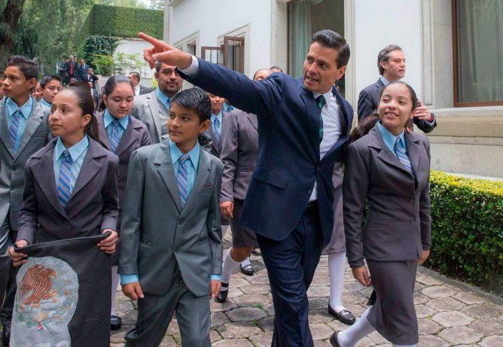 El presidente de México, Enrique Peña Nieto, retomará su agenda el próximo 8 de agosto. En la imagen, cuando recibió en Los Pinos a los niños aplicados de México, la semana pasada. (Archivo/Notimex)