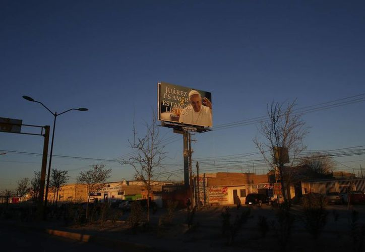 En toda Ciudad Juárez se ven espectaculares que anuncian la llegada de Su Santidad en febrero próximo. (AP)