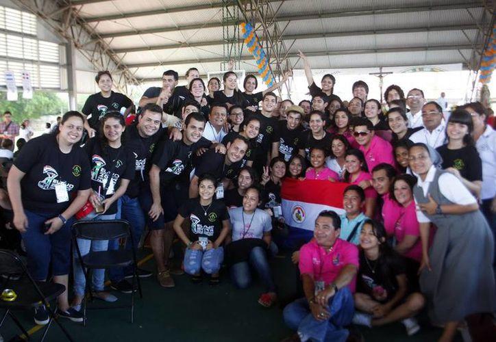 Para identificarse, la delegación de 91 paraguayos se uniformaron con playeras negras y banderitas de su país. (Luis Pérez/SIPSE)
