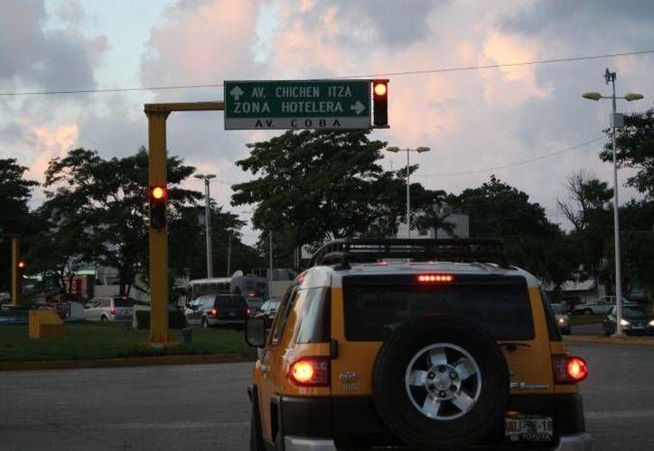 Las multas comunes son por estacionarse en lugares prohibidos, no respetar las señales de alto o del semáforo. (Archivo/SIPSE)