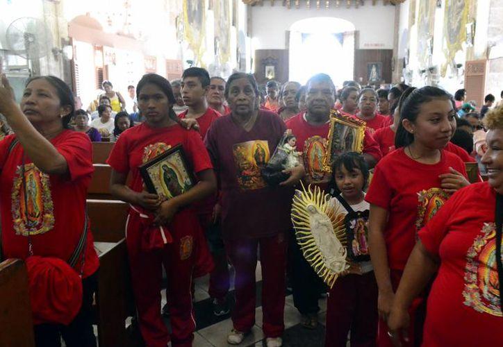 El Arzobispo de Yucatán saludó a los cientos de peregrinos que acudieron a ofrendar su sacrificio a la Virgen de Guadalupe, en ocasión del 485 aniversario de sus apariciones. (Milenio Novedades)