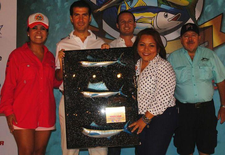 Rossana Díaz y Karla Luna recibieron el galardón. (Israel Leal/SIPSE)