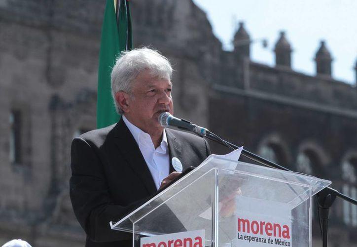 El presidente del Movimiento Regeneración Nacional (Morena), Andrés Manuel López Obrador encabezó ayer un mitin en la plancha del Zócalo capitalino. (Notimex)