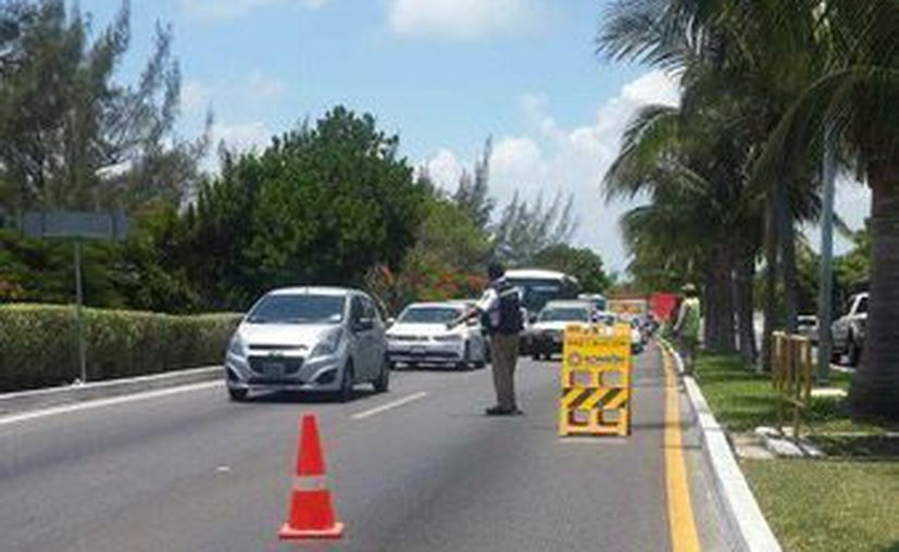 La colocación de los reductores de velocidad ocasiona tráfico pesado en el bulevar Kukulcán. (Redacción/SIPSE)