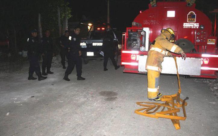 Al lugar arribaron los bomberos y la Policía Estatal (Foto: Redacción/ SIPSE)
