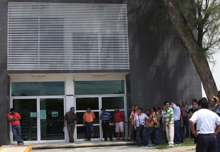 El bloqueo a las oficinas administrativas de la SEyC continúa. (Harold Alcocer/SIPSE)