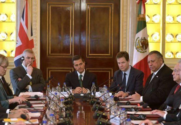 El presidente Enrique Peña Nieto, acompañado del viceprimer ministro británico, Nick Clegg, recibió las conclusiones de la primera reunión del grupo de Alto Nivel Empresarial México-Reino Unido. (Notimex)