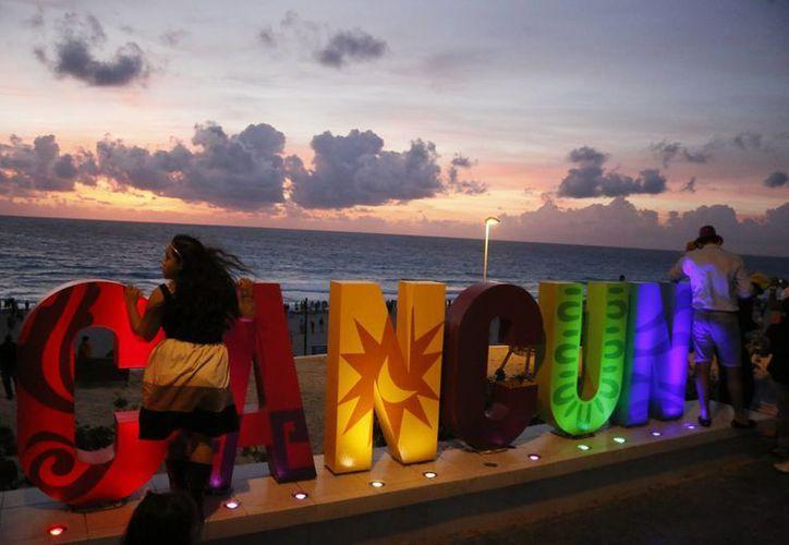 Como ya es costumbre cientos de personas acuden a las playas de Cancún para recibir los primeros rayos de sol del año. (Israel Leal/SIPSE)
