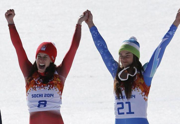 Tina Maze y Dominique Gisin hicieron historia al compartir, por primera vez en Juegos Olímpicos de invierno, una medalla de oro. (Agencias)