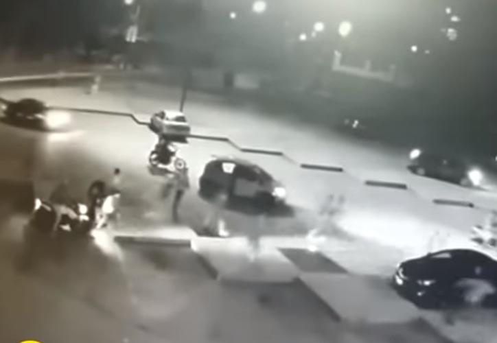 Varios hombres armados atacaron y despojaron a transeúntes en Perú. (Foto: Captura/YouTube)