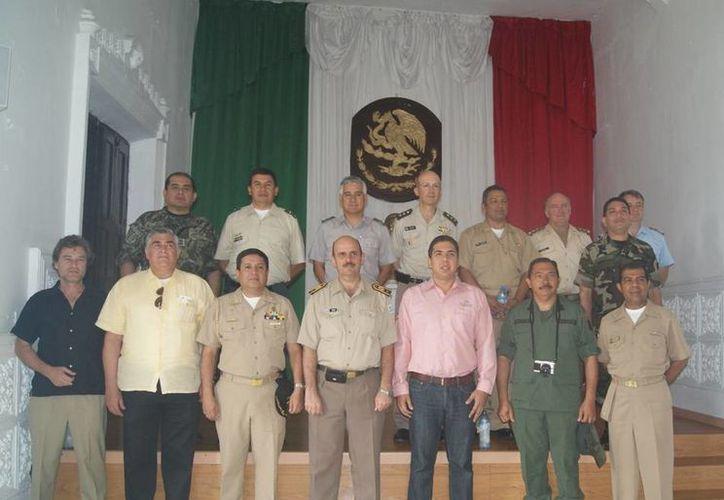 El alcalde de Progreso, Daniel Zacarías Martínez, con agregados militares, navales y aéreos. (Manuel Pool/SIPSE)