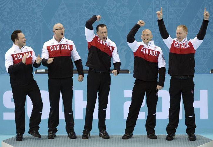 Canadá se convirtió en tricampeón olímpico en curling. (EFE)