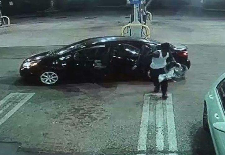 Al darse cuenta que en el auto que robó estaba un bebé, el ladrón se lo entregó al conserje de una tienda. (Foto: Captura de video)
