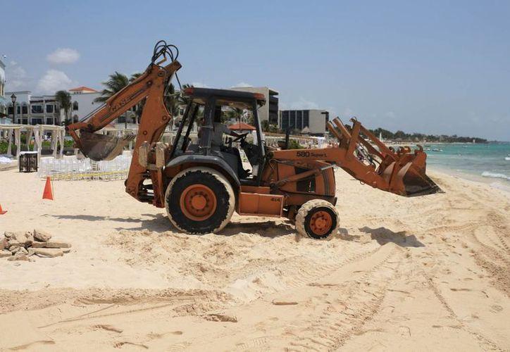 La Zofemat suspendió la operación de una maquinaria que removía piedras en una playa del centro de Playa del Carmen. (Adrián Barreto/SIPSE)