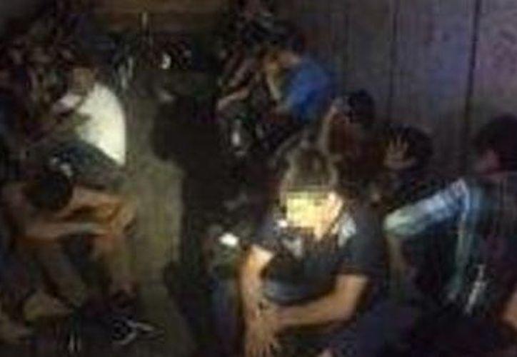 Agentes de la Policía de Houston, Texas, rescataron a 12 inmigrantes indocumentados. (Milenio).