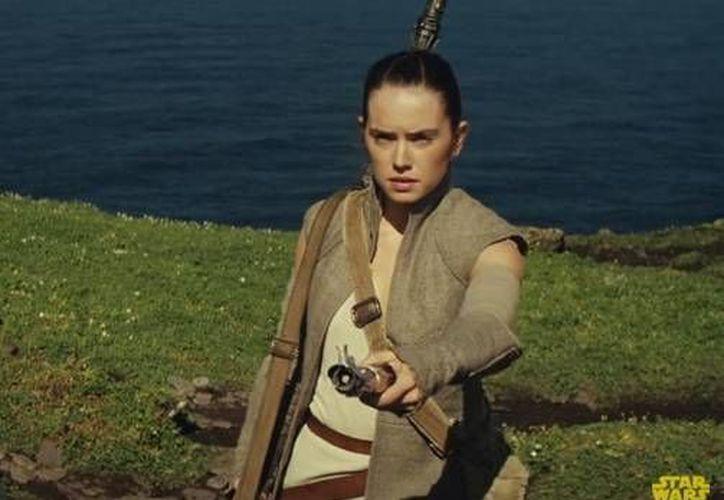 Este lunes comenzó la producción de Star Wars: Episodio VIII, la próxima apuesta taquillera de Disney tras el éxito rotundo de 'El Despertar de la Fuerza'. (Captura de pantalla: Star Wars en Youtube)