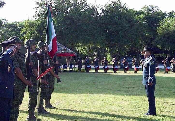 Gral. Jesús Castillo Cabrera saluda a la bandera, en la ceremonia en que tomó posesión como comandante de la X Región Militar, esta mañana. (Milenio Novedades)