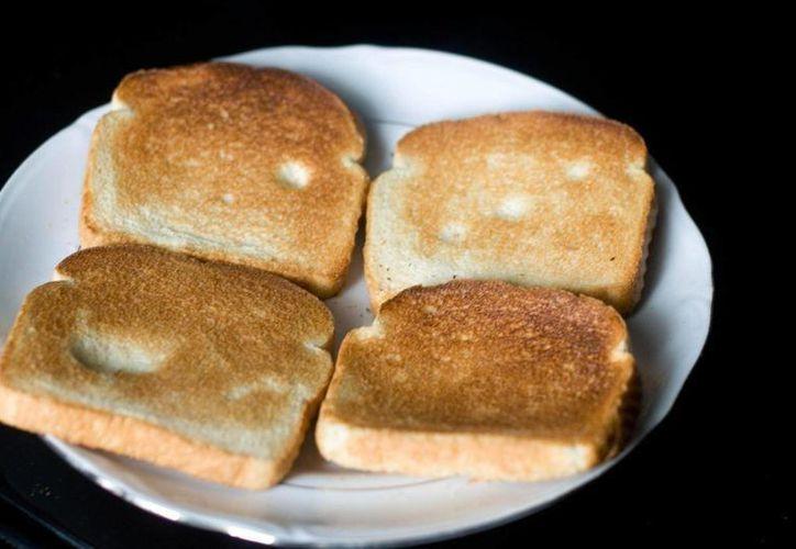 Sugieren evitar el consumo de pan tostado debido a su alto contenido de acrilamida, una sustancia potencialmente cancerígena. (ratser.com)