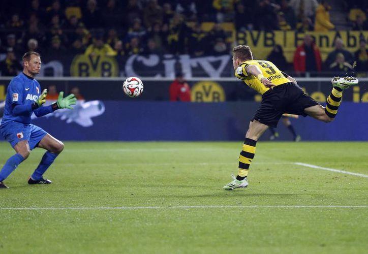 Ciro Immobile hace un remate estéril hacia la portería del Augsburgo, que ganó 1-0 a Borussia Dortmund. (Foto:Ap)