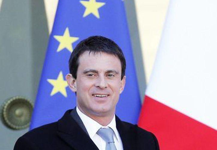 Imagen del 08 de enero 2014, donde Manuel Valls deja el Palacio del Elíseo tras la reunión semanal del gabinete, en París. (Agencias)