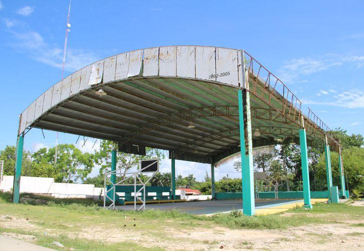 En Carlos A. Madrazo temen que colapse el domo deportivo por el grado de deterioro que tiene. (Carlos Castillo/SIPSE)