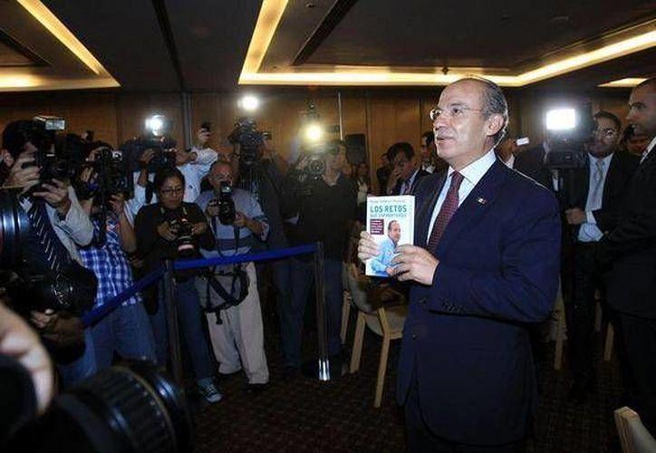 Felipe Calderón presentó su libro 'Los retos que enfrentamos', en el cual asegura que en el tema del narcotráfico actuó en el límite de sus capacidades. (Twitter.com/@61jlh)