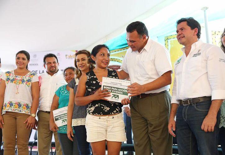 Cerca de mil 400 familias de Izamal fueron este lunes las primeras beneficiarias del esquema Mejorar del Gobierno de Yucatán para sus viviendas. (Foto cortesía del Gobierno de Yucatán)