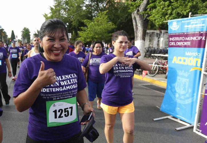 Participantes en la carrera y caminata 'Corramos juntos y juntas por la no violencia contra las mujeres'. (SIPSE)