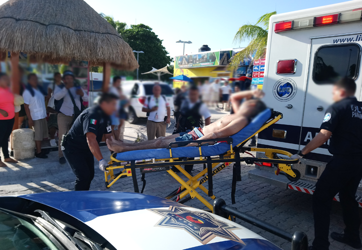 Uno de los lesionados en playa Tortugas es trasladado por los servicios de emergencia al hospital, tras los hechos violentos ocurrido la tarde del jueves. (Redacción/SIPSE)