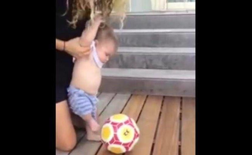 A través de un video en redes sociales, Shakira muestra a su hijo pequeño Sasha pateando un balón de futbol a sus seis meses de vida. (Captura de pantalla/ Facebook Shakira oficial)