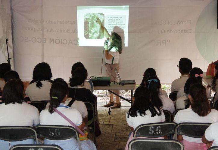 """Alumnos de la secundaria """"Juan de la Barrera"""" se concentraron en el parque ecológico Ombligo Verde. (Consuelo Javier/SIPSE)"""