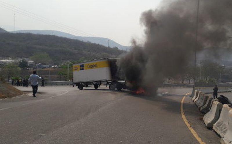 Normalistas incendian dos camiones sobre la Autopista del Sol