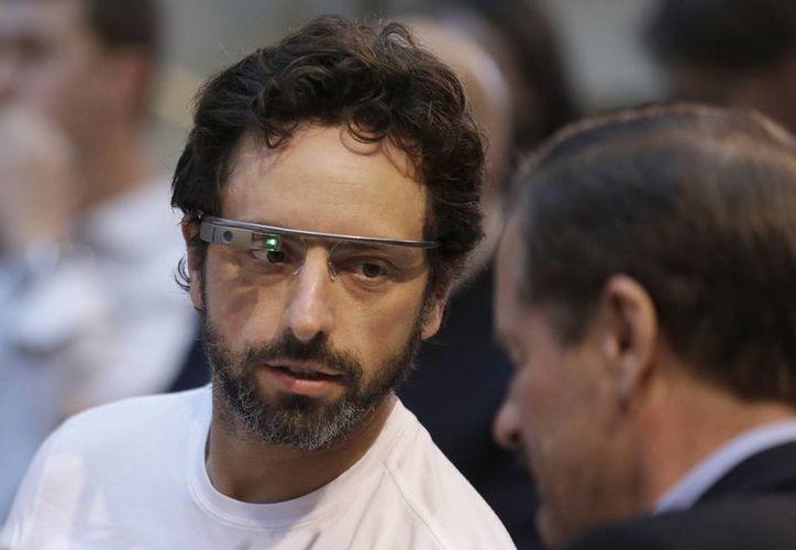 Sergey Brin, uno de los creadores de Google, usando los lentes durante una presentación. (Foto: Archivo/Agencias)