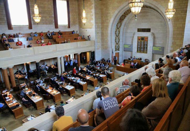 Aspecto de la sesión legislativa en Nebraska, donde se votó en contra de la pena de muerte a prisioneros, este 27 de mayo de 2015. (Foto: AP)
