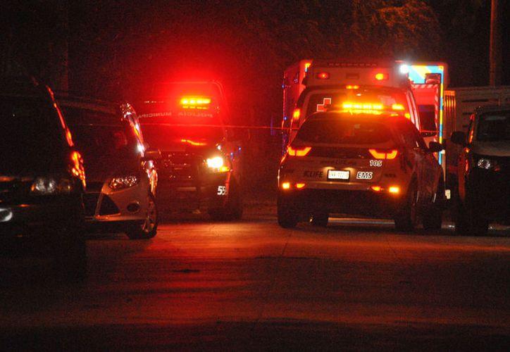 Patrullas y una ambulancia acudieron a un domicilio de la calle Pecarí el pasado 1 de junio, luego de que se reportaron disparos. (Redacción/SIPSE)