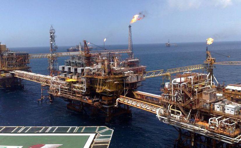 Pemex espera recuperar 800 millones de barriles de crudo en aguas someras en los próximos 11 años, mediante la inyección de nitrógeno en los pozos. Imagen de una plataforma de Pemex. (Archivo/Agencias)