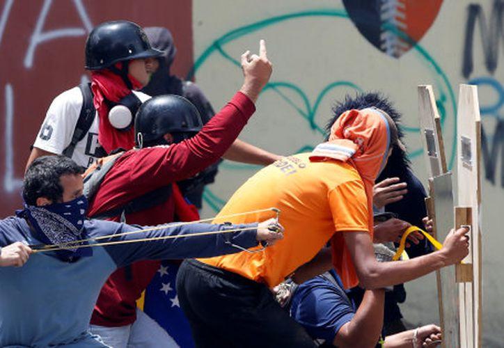 El paro general realizado para presionar la salida del presidente Nicolás Maduro dejó cinco muertos en Venezuela. (Andrés Martínez casares/ Reuters).