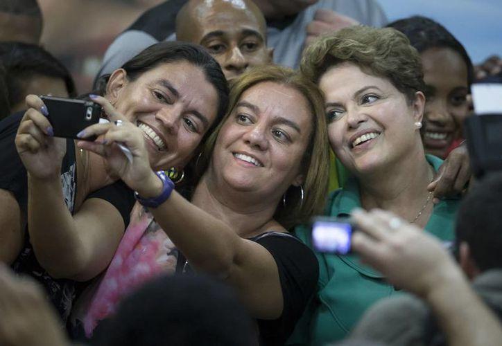 Dilma Rousseff se toma una selfie con unas seguidoras durante un evento en Río de Janeiro, el miércoles 30 de septiembre de 2014. La presidenta de Brasil aspira a la reelección y se encuentra en campaña. (Foto: AP)