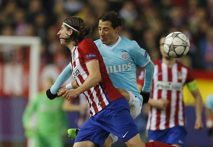 Filipe Luiz (rojiblanco-i) y Andrés Guardado (c) anotaron por Atlético de Madrid y por el PSV, respectivamente, en la tanda de penales. Al final los colchoneros avanzaron a cuartos de final. (AP)