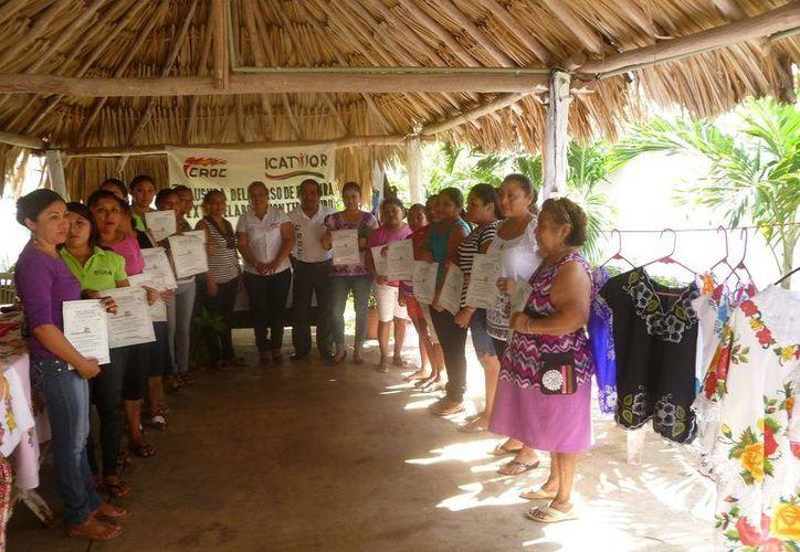 Las participantes recibieron sus constancias que avalan su participación en el taller. (Raúl Balam/SIPSE)