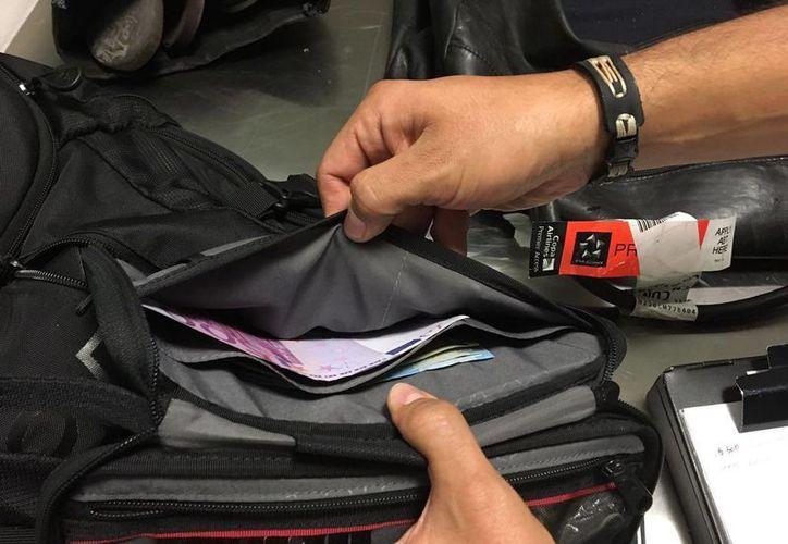 Un extranjero fue detenido en el aeropuerto de Cancún luego de que en su maleta se hallaran 28 mil 500 euros sin declarar. (Cortesía)
