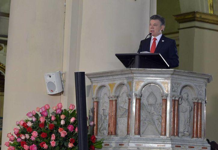 La imagen positiva de los colombianos hacia el presidente Juan Manuel Santos bajó en agosto al 45 %, dos puntos porcentuales menos que en julio.(foto de archivo/Notimex)