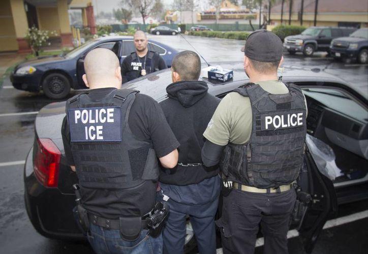 Las autoridades migratorias iniciaron el viernes, en cinco estados, un operativo de búsqueda y detención de migrantes ilegales. (Charles Reed/U.S. Immigration and Customs Enforcement)