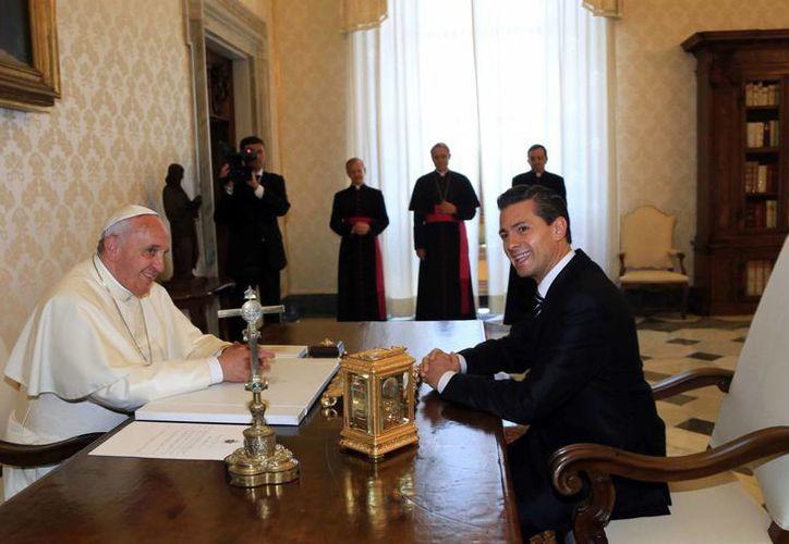 Peña Nieto se reunió este sábado con el Papa Francisco. Antes estuvo en Portugal y su nuevo destino es España. (Notimex)