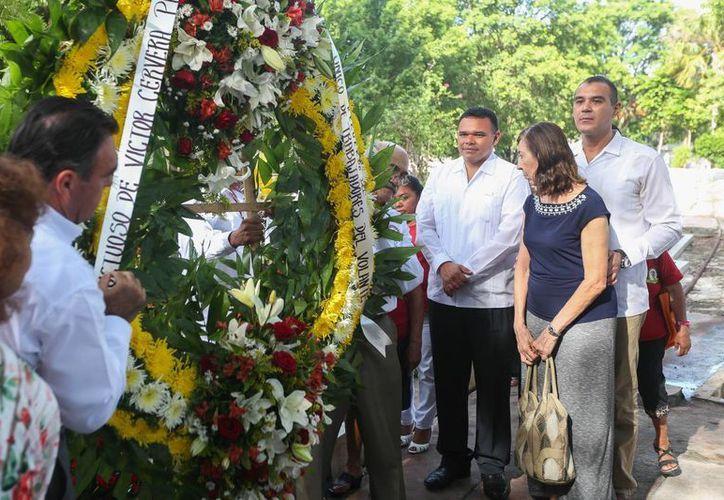 Rolando Zapata Bello depositó una ofrenda floral en la tumba de Víctor Cervera Pacheco. Este lunes se cumplieron once años del fallecimiento de quien fuera gobernador de Yucatán. (Cortesía)