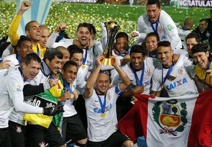 Paolo Guerrero (al centro, con la Copa) fue el héroe del partido al anotar el que a la postre fue el único tanto. (Agencias)