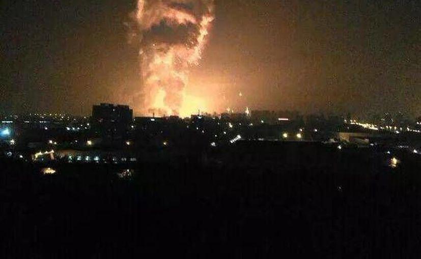 Foto difundida por la Agencia de Noticias Xinhua de la explosión en Binhai, en el norte de Tianjin en China este jueves. Medios de comunicación estatales chinos reportaron gran número de personas heridas. (Yue Yuewei/Xinhua vía AP)