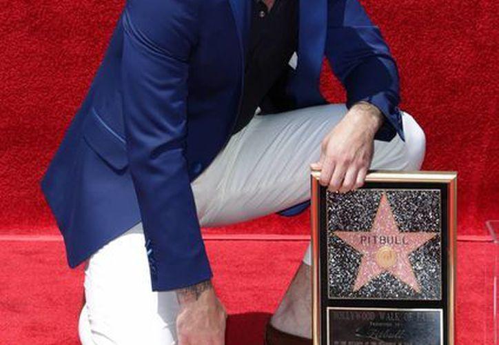 El cantante cubano estadounidense Pitbull develó su estrella en el Paseo de la Fama de Hollywood. (EFE)