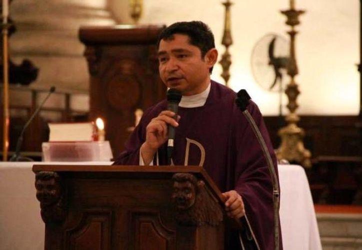 El rector de la Catedral, el padre Gaspar Arceo Castillo, recordó que desde hace cinco años se ofrecen este tipo de servicios a la comunidad extranjera. (Milenio Novedades)