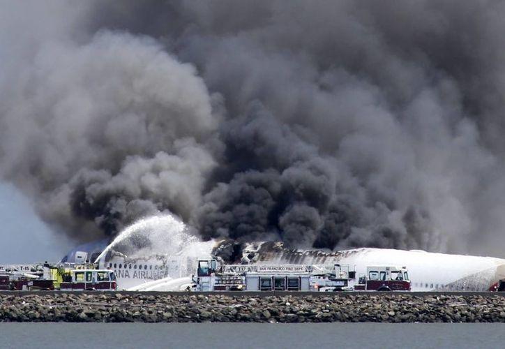 La densa columna de humo generada por el fuego de la aeronave se podía ver a varios kilómetros de distancia. (Agencias)